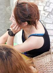 【乳首ポロリ盗撮エロ画像】胸元が開いてる服装の女の子と出会ったらしっかりとマークwwwの画像