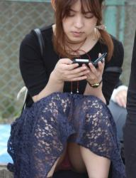 【パンチラ盗撮エロ画像】スカート履いた女子の生下着を正面から堪能出来てヤバイね!の画像