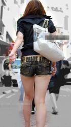 【ホットパンツエロ画像】極限まで短くしたズボンから伸びるセクシー美脚に男の視線に集中!の画像