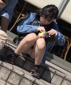 【座りパンチラ盗撮エロ画像】スカート履いてる女子たちの失態…下着が丸見えでも全然気付かない!の画像