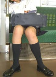 【JKパンチラ盗撮エロ画像】電車の座席に座りながらパンツが見えてる女子校生を発見…制服スカート内はやっぱエッチだな!の画像