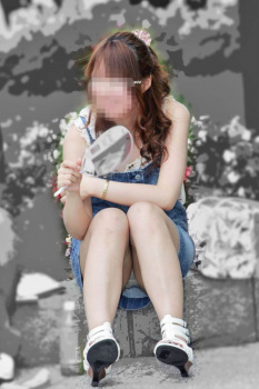 【座りパンチラ盗撮エロ画像】真正面から座ってる女性のスカートの中を覗き、イヤらしいパンツを隠し撮り!の画像