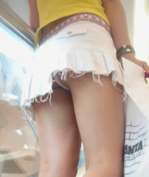 【逆さ撮りエロ画像】エスカレーターに乗ってるミニスカ女子のパンチラ率は高い…段差を使って下着を激写!の画像