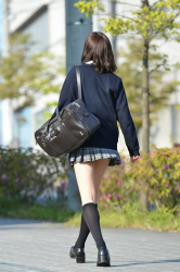 【JK街撮りエロ画像】女子校生の色白美白の若い美脚だったら何時間でも眺めていられるなwwwの画像