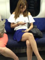 【電車盗撮エロ画像】自慢の足を露出してるお姉さん達が足組み…下半身がセクシー過ぎるわ!の画像