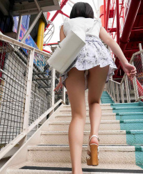 【階段パンチラ盗撮エロ画像】ミニスカ女子を見上げたら絶景…パンツが見れてラッキーな気分になれる!の画像