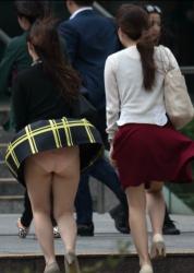 【風チラ盗撮エロ画像】いきなりの強風でスカート内の食い込んだ下着が丸見えになった素人たち!の画像
