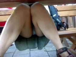 【パンチラ盗撮エロ画像】テーブル下・机下ではお股が無防備でパンツ丸見え状態…素晴らしい光景が広がっていた!の画像