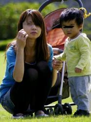 【人妻パンチラ盗撮エロ画像】可愛い子持ちママ達のハプニングを隠し撮り…パンツをチラ見したったwwwの画像