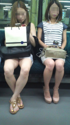 【電車盗撮エロ画像】対面に座っている生足のミニスカ素人さんの太ももが本当にスケベ過ぎてめっちゃソソる!の画像