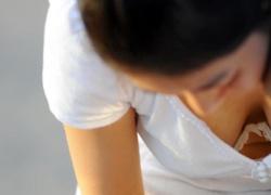【胸チラ盗撮エロ画像】素人娘の胸元を絶妙なアングルで撮影…ついついガン見しちゃうレベルだよ!の画像