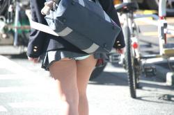 【JKパンチラ盗撮エロ画像】スクールバックがスカートを捲り上げてパンモロしちゃう女子校生たちを激写!の画像