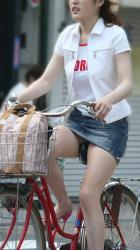 【自転車パンチラ盗撮エロ画像】ミニスカ素人娘のパンティーがずっと丸見え状態になっている!の画像