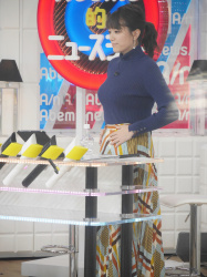 【GIF画像あり】『Abema的ニュースショー』三谷紬アナのニット巨乳がヤバすぎて見入ってしまった件!の画像
