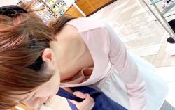 【胸チラ盗撮エロ画像】低姿勢になった素人女性の胸元を上から見下ろしてオッパイを眺めるが堪らない!の画像