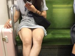 【電車パンチラ盗撮エロ画像】ミニスカ女性の下着が見えて視線を外せなくて困るwwwの画像