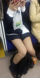 【JK電車盗撮エロ画像】美脚の女子校生ばかりを狙う…太ももに誘惑されるんだよな!の画像
