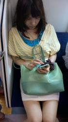 【素人電車盗撮エロ画像】ミニスカートでエッチなオーラ全開の女性の美脚を隠し撮りした!の画像