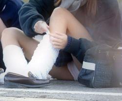 【JKパンチラ盗撮エロ画像】制服女子校生の股間を狙って隠し撮り…可愛いパンティーのオンパレード!の画像