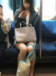 【対面パンチラ盗撮エロ画像】電車内でミニスカ女性のドスケベな股間をじっと見続けて隠し撮り!の画像