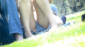 【パンチラ盗撮エロ画像】アウトドアで開放的になってスカートからパンツ丸見えの素人娘たち!の画像