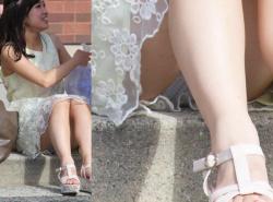 【パンチラ盗撮エロ画像】素人お姉さん達のパンツを狙い撃ち…奇跡の瞬間を完全に捉えた!の画像