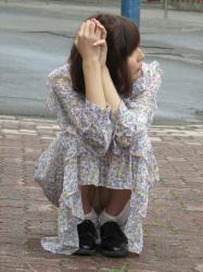 【パンチラ盗撮エロ画像】下着が見えている女性にバレないように股間部分を観察した隠し撮り!の画像