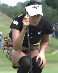 【スポーツエロ画像】女子ゴルフの見事なパンチラショットを撮影…思わずスケベ目線で見てしまう!の画像
