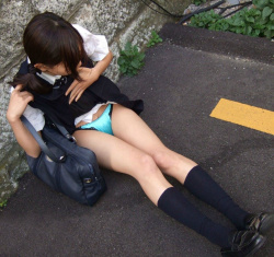 【JKパンツ見せエロ画像】女子校生が下着を披露するだけで男は大興奮…思いっきり挑発されたい!の画像