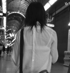 【赤外線盗撮エロ画像】素人女性の洋服越しにブラジャーを狙う…男が興奮する写真が撮れました!の画像