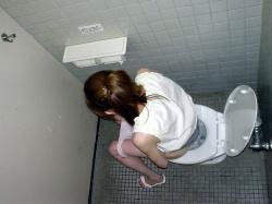 【トイレ盗撮エロ画像】オシッコしてる素人女性の無防備姿を多彩なカメラアングルで隠し撮り!の画像