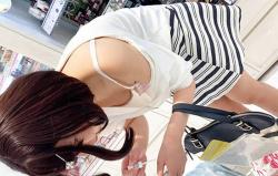【胸チラ盗撮エロ画像】セクシーなオッパイが見えちゃう素人娘…リアルに遭遇したら嬉しすぎるwwwの画像
