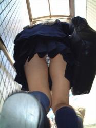 【JK逆さ撮り盗撮エロ画像】女子校生の生パンツを足元から見上げるとエッチ度がMAXに近いと思うwwwの画像