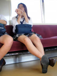 【JK電車盗撮エロ画像】魅力あるスレンダーな女子校生の美脚をガン見…足フェチは大満足!の画像