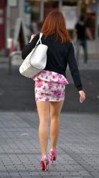 【街中美脚エロ画像】ミニスカートで超キレイな生足を晒している素人お姉さん達を激写した!の画像