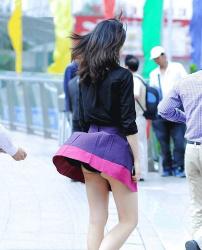 【風チラ盗撮エロ画像】素人女性のスカートがふわりと舞い上がるハプニングの瞬間wwwの画像