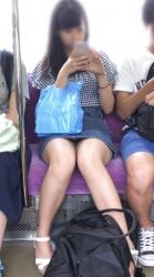 【電車パンチラ盗撮エロ画像】正面に座ってる女の子のパンティーが見えたら覗いちゃうでしょうwwwの画像