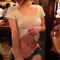 【ノーブラエロ画像】下着なしの開放感で乳首ポッチ…男なら興奮すること間違いなし!の画像