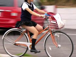 【JK街撮り盗撮エロ画像】自転車で通学する女子校生を隠し撮り…太もも丸見えで注目しちゃう!の画像