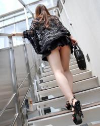 【階段パンチラ盗撮エロ画像】スカート丈がちょっと短い素人女性…ただ上を向くだけでパンツが拝める!の画像