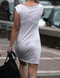 【透けブラ盗撮エロ画像】薄着の季節は常に下着が透ける可能性あるからついつい見ちゃうよね!の画像