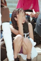 【しゃがみパンチラ盗撮エロ画像】お股が緩い素人娘の下着をゲット…エロい妄想を掻き立てる!の画像
