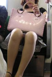 【電車美脚盗撮エロ画像】素人さんの綺麗な足を眺めることが出来る場所…色気が凄い女性ばかりだな!の画像
