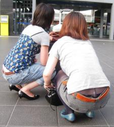 【ローライズ盗撮エロ画像】女性の腰周りを注目して見るとパンチラや尻のワレメがハミ出している!の画像