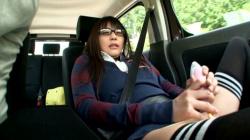 【車内オナニーエロ画像】淫乱女性が車の中で膣内を刺激して昇天…誰かに見られることで燃え上がる!の画像