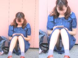 【パンチラ盗撮エロ画像】スカート履いて座ってる女性の正面に行ったら下着が見れて嬉し過ぎた!の画像