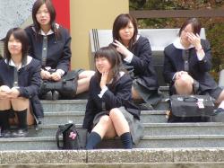【JKパンチラ盗撮エロ画像】女子校生のパンツを拝みたい奴は集合…股間に視線を集中させよう!の画像