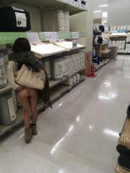 【店内露出エロ画像】お店の中でお尻を出す…世の中には様々な変態女性がいるみたいですねwwwの画像
