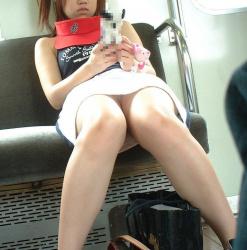 【素人パンチラ盗撮エロ画像】電車でスカートを穿いた女性の下着が偶然見えて隠し撮り実行した!の画像