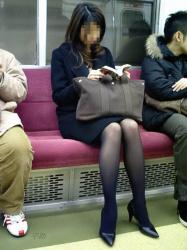 【電車盗撮エロ画像】黒パンスト履いた素人美女を隠し撮り…少し透ける美脚に目が行く!の画像